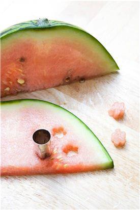 5. 수박, 키위, 레몬 껍질은 모양틀로 찍어 모양을 내거나 한 입 크기로 썬다.