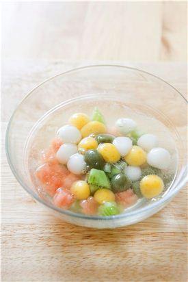 6. 탄산수에 시럽을 넣어가며 단맛을 맞춘다. 볼에 삼색 경단과 수박, 키위, 레몬껍질을 담고 탄산수를 붓는다.