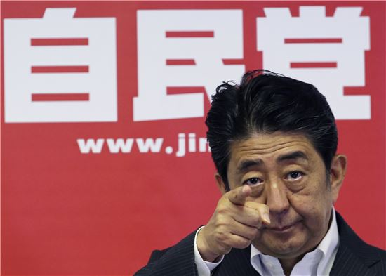 ▲기자회견장에서 질문자를 지목중인 아베 신조 일본 총리. (AP = 연합뉴스)