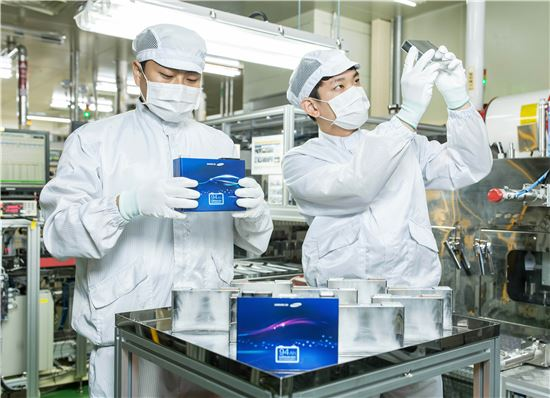 삼성SDI 울산사업장에서 근무하는 직원들이 전기자동차용 배터리 제품을 살펴보고 있다.