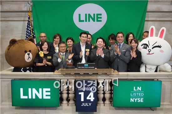 라인이 14일(현지시간) 뉴욕증권거래소(NYSE)에서 진행된 상장 기념 행사에서 라인주식회사 황인준 CFO(왼쪽), 신중호 CGO(가운데), 마스다 준 CSMO(오른쪽), 라인 캐릭터 브라운(맨 왼쪽)과 코니(맨 오른쪽)가 기념 촬영을 하고 있다.