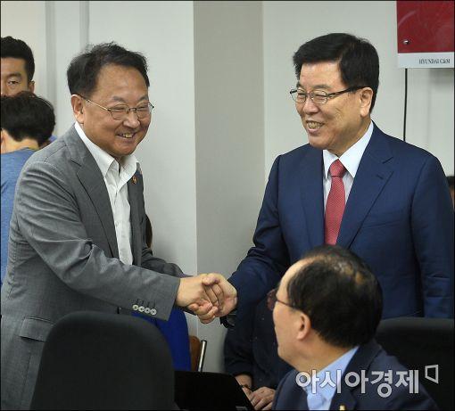 [포토]인사하는 유일호·김광림