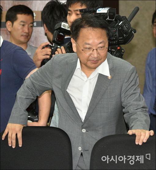 [포토]유일호 부총리, 추경경정 당정