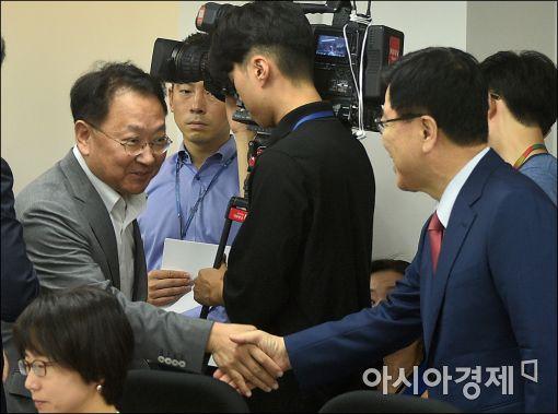 [포토]악수 나누는 유일호·김광림