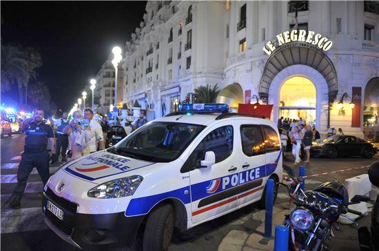 ▲14일(현지시간) 니스 테러 현장 근처에 경찰차가 세워져 있다. (AP = 연합뉴스)