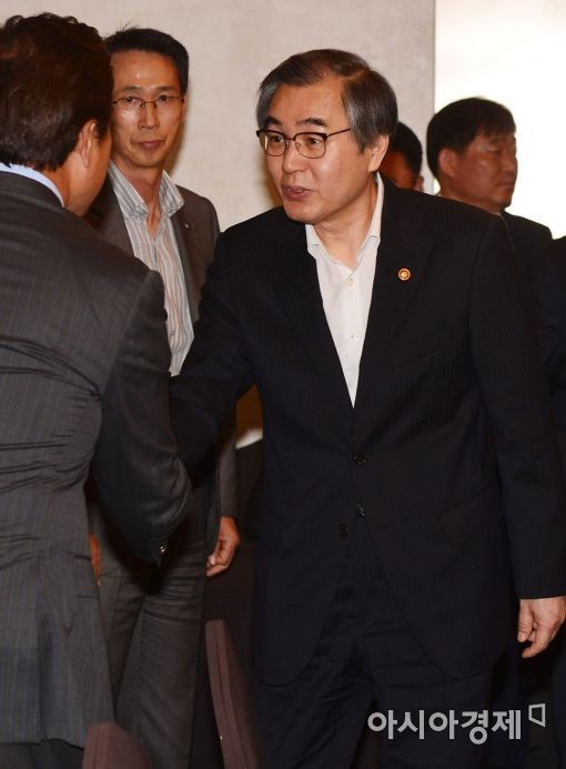 [포토]대형마트 CEO 간담회 참석한 정재찬 위원장