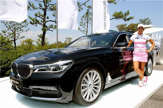 일본에서 활약하고 있는 이보미 프로골프 선수가 BMW 레이디스 챔피언십 의전차량인 '뉴 730Ldx드라이브' 옆에서 기념촬영을 하고 있다.