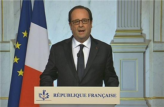 프랑수아 올랑드 프랑스 대통령이 니스 트럭 테러 발생 후인 15일(현지시간) 새벽 TV 연설을 통해 지난해 파리 테러로 시행된 비상사태를 3개월간 연장한다고 밝히고 있다.(사진=AP연합)