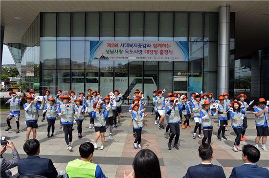 독도대장정에 돌입한 대학생 50명이 성남시청 광장에서 독도 관련 퍼포먼스를 선보이고 있다.
