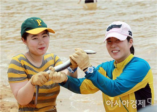 [포토]맨손으로 뱀장어잡는 피서객들