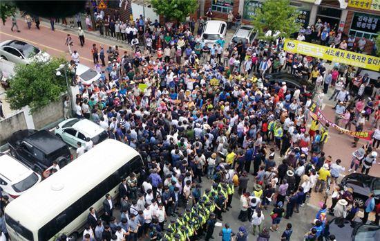 지난 15일 황교안 국무총리가 탄 버스를 성주군민들 둘러싸고 있다. (사진=연합뉴스)