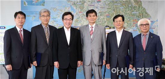 [포토]이낙연 전남지사,전남개발공사 비상임이사 임명장 수여