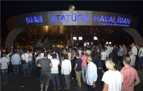 16일(현지시간) 에르도안 터키 대텅령이 탑승한 비행기가 착륙한 것으로 알려진 이스탄불 아타튀르크 국제공항 입구에 시민들이 몰려들었다.(사진=AP연합뉴스)