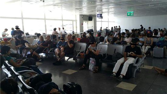 터키 안탈리아 공항에서 승객들이 하염없이 대기하고 있다.(사진=노미란 기자)