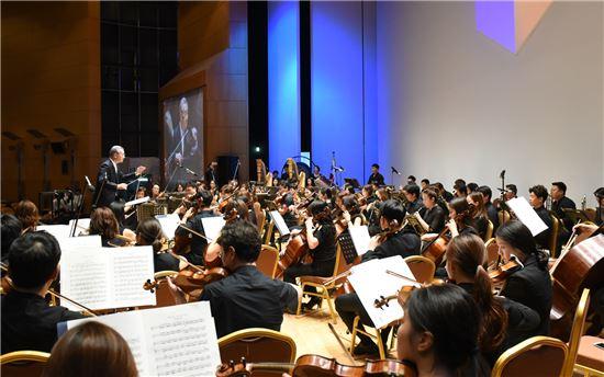 한국무역협회 창립 70주년 기념식에서 강남심포니오케스트라의 특별지휘자로 나선 김인호 무역협회 회장. 김 회장은 차이코프스키의 '슬라브 행진곡'을 지휘해 관람객들로부터 박수갈채를 받았다./