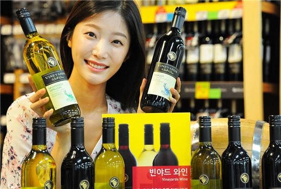 17일 홈플러스 강서점에서 모델이 호주 '빈야드' 와인을 선보이고 있다.
