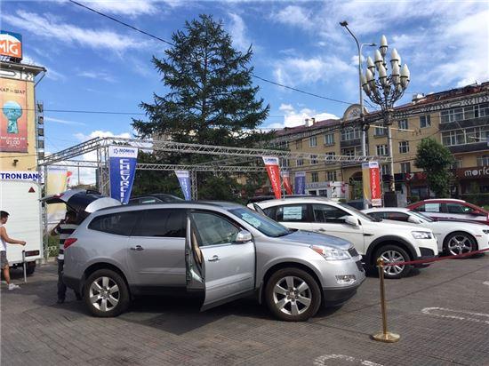 몽골국영백화점 앞에 진열된 쉐보레 자동차.