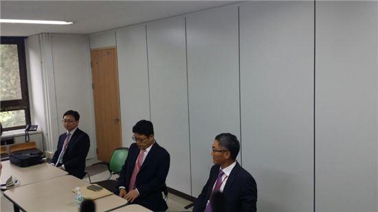 이형희 SK텔레콤 사업총괄(가운데)이 15일 공정거래위원회 심판정 피심의인 대기실에서 고객를 숙이고 있다.