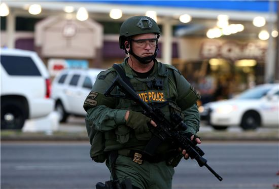 중무장한 루이지애나주 경찰이 배턴 루지에서 발생한 경찰관 총격 사고 이후 사건 현장을 순찰하고 있다.(사진=AP연합뉴스)
