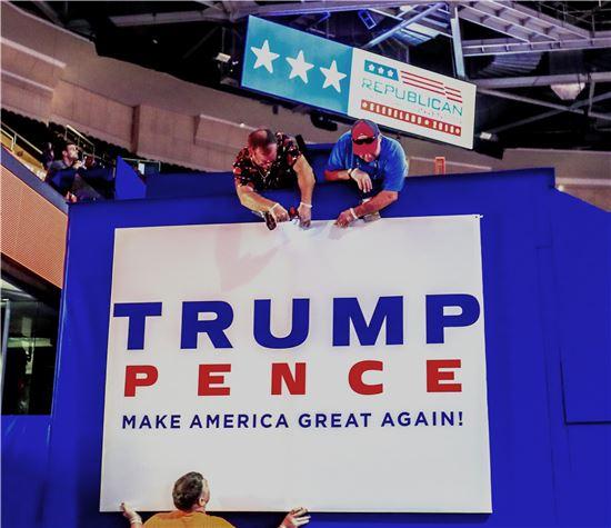 미국 공화당 전당대회가 열리는 오하이오주 클리블랜드 퀴큰론 센터에서 17일(현지시간) 대회 관계자들이 현수막을 설치하고 있다. 공화당 전당대회는 18일 부터 열린다. (사진=EPA연합뉴스)