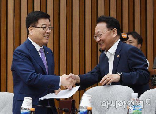 [포토]악수하는 유일호 부총리-김광림 정책위의장