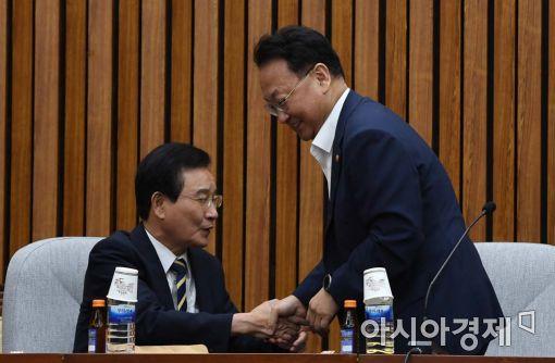 [포토]악수하는 유일호 부총리-변재일 정책위의장