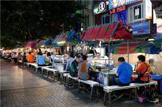 주당들이 몰려드는 남포동 포장마차 거리.