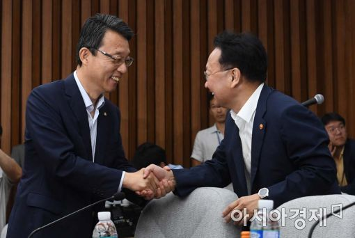 [포토]악수하는 유일호 부총리-김성식 정책위의장