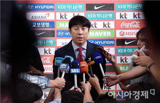[포토]인터뷰하는 신태용 감독