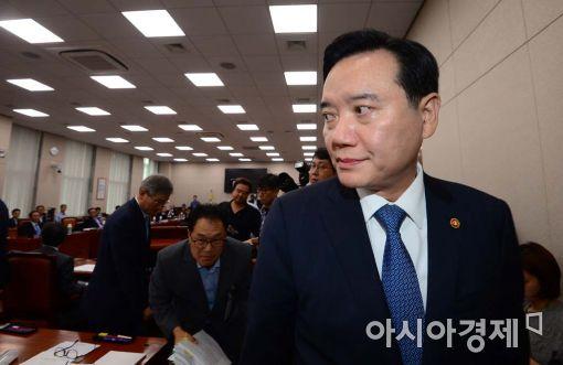 """與野 '우병우 의혹' 추궁…법무부 장관 """"혐의 확인되면 수사 검토"""""""