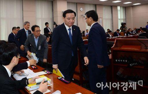 [포토]회의장 나서는 김현웅 법무부 장관