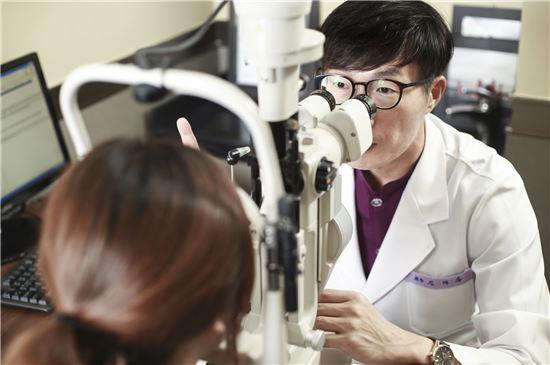 '특수렌즈 노안수술'은 백내장 수술과 같은 방식이지만 백내장과 노안을 한꺼번에 해결해 주는 수술법이다.