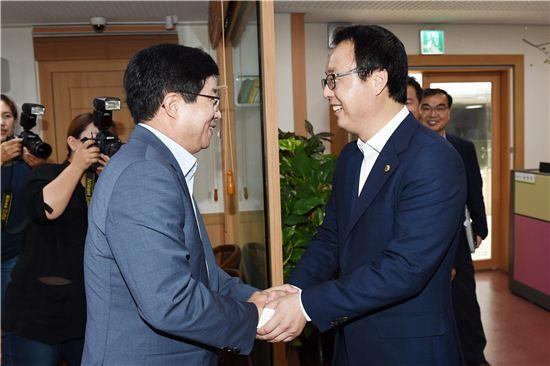 염태영 수원시장(왼쪽)과 정기열 경기도의회 의장이 반갑게 악수하고 있다.