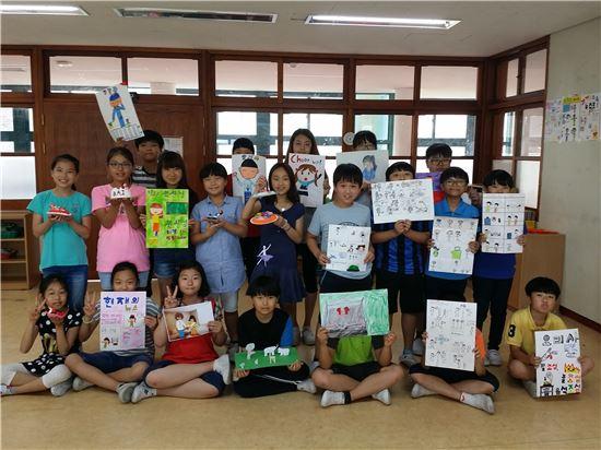 화순제일초등학교(교장 신기호)가 내 고장 화순을 탐구하고 자랑하는 '화순사랑의 날' 행사를 실시했다.