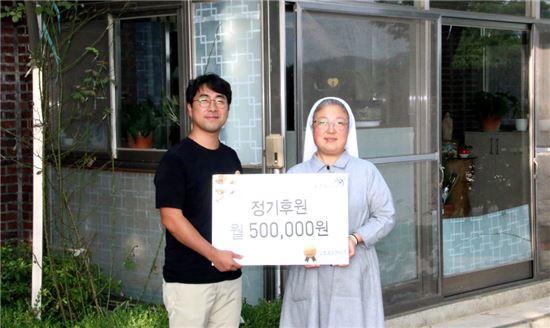 교촌에프앤비 김성훈 과장(왼쪽)과 생명의집 금주 수녀(오른쪽)가 기념촬영을 하고 있다.