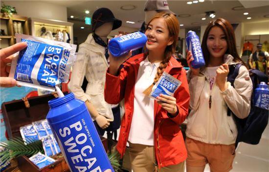 25일 용산 아이파크백화점 '에이글' 매장에서 직원들이 '여름 산행 수분 보충 캠페인' 행사를 홍보하고 있다.