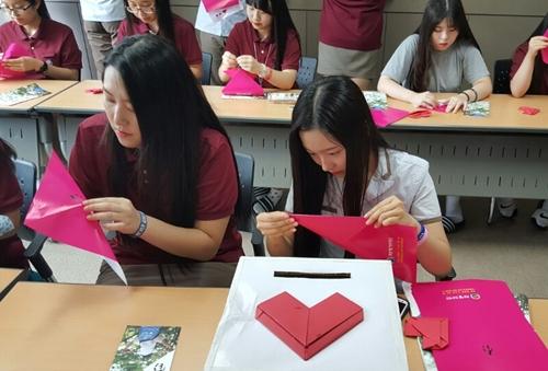 ▲경기 포천에 있는 송우고등학교 재학생들이 사랑의 하트 종이접기 캠페인에 동참하고 있다.
