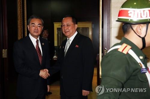 리용호 북한 외무상(오른쪽)과 왕이 중국 외교부장. (사진=연합뉴스)