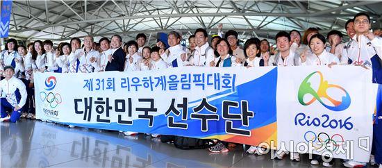 리우올림픽 선수단 본진이 지난 26일 출국하는 모습. [사진=김현민 기자]