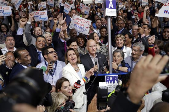 26일(현지시간) 미국 필리델피아에서 열리고 있는 민주당 전당대회에서 낸시 펠로시 하원 원내대표가 자신의 지역구인 캘리포니아 대의원단에 합류해 힐러리 클린턴을 대선후보로 지명하기 위한 롤콜에 참여했다. (사진=AP연합뉴스)