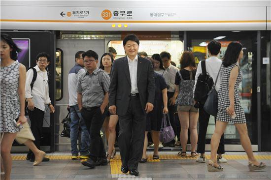 최창식 중구청장이 27일 오전 지하철을 타고 충무로역에서 내려 출근하고 있다.