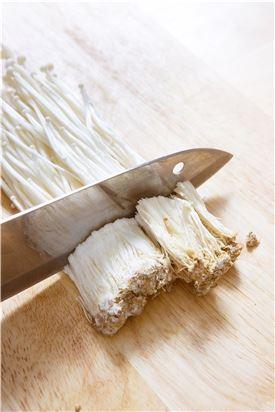 2. 팽이버섯은 밑동을 잘라내고 흐르는 물에 깨끗이 씻어 반으로 자르고, 실파는 3cm 길이로 썬다.