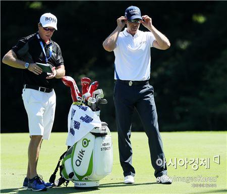 헨리크 스텐손(오른쪽)이 PGA챔피언십 개막을 이틀 앞두고 연습라운드를 하고 있다. 스프링필드(美 뉴저지주)=Getty images/멀티비츠