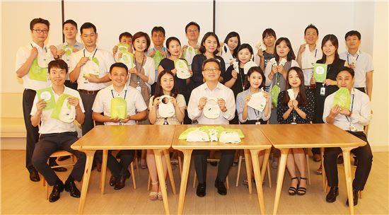 권오훈 하나생명 사장(앞줄 가운데)을 비롯한 하나생명 임직원 40여명은 태어나자마자 아동보호시설에 맡겨진 무연고 아동들에게 '베이비키트'를 만들어 전달하는 캠페인에 참여하고 기념 포즈를 취하고 있다.