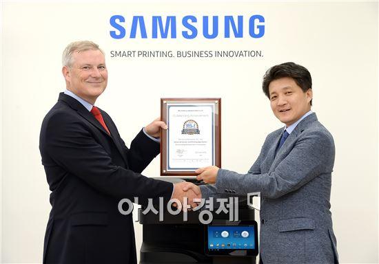 ▲한호성 삼성전자 프린팅솔루션사업부 상무(오른쪽)가 게리 오루크 바이어스랩 디렉터(왼쪽)로부터 삼성 '스마트 UX 센터'에 대한 '우수 혁신 공로상'을 수상하고 있다. (제공=삼성전자)