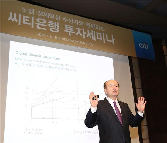 26일 서울 중구 웨스틴조선호텔에서 로버트 머튼 교수가 한국씨티은행 VIP 고객을 대상으로 세미나를 진행하고 있다. (사진 : 씨티은행)