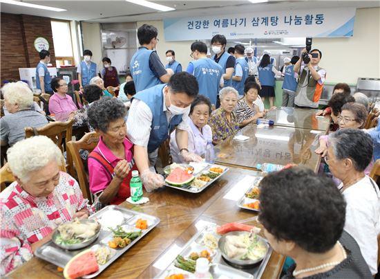 포스코건설 임직원이 26일 인천 동구 노인복지관에서 지역 어르신 500여명을 초청해 '삼계탕 나눔 행사'를 열고 있다.(제공: 포스코건설)