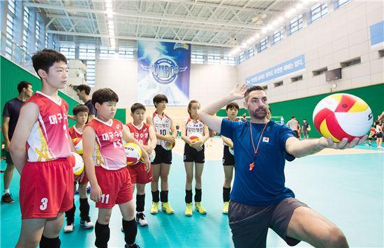 '일일 배구교실'에 참가한 배구부 학생들이 대한항공 점보스 배구단 선수들로부터 강습을 받고 있다.