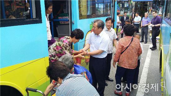 유근기 곡성군수가 버스에서 내리고있는 주민들과 악수를 하고있다.