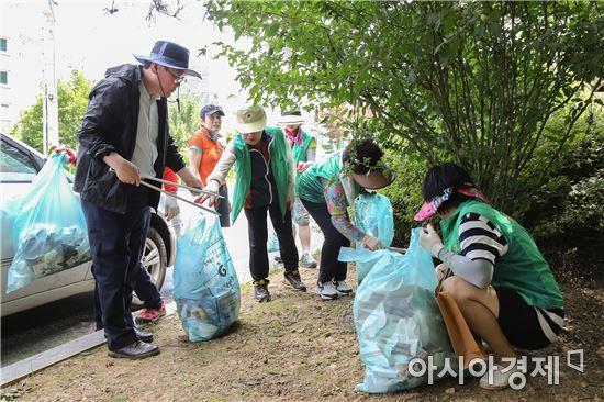 [포토]광주 동구, 학운동 생활쓰레기 정화활동 실시